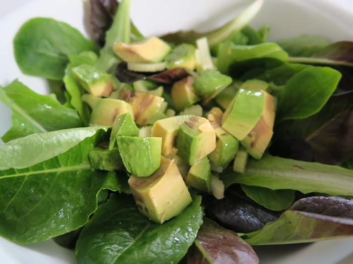 Blattsalat mit Avocado und Stangensellerie