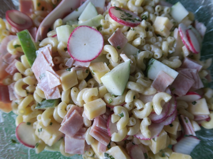 Pastasalat mit Radieschen, Schinken, Käse und Salatgurke