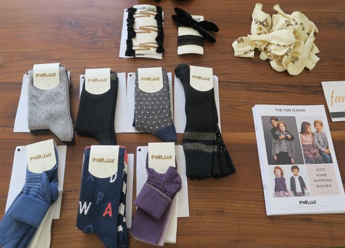 Nebst Kleidern gibt es auch Assesoires wie Socken und Haarspangen von POMPdeLUX