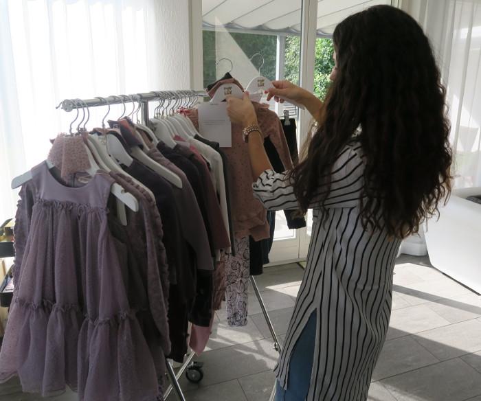 Shopping Adviser von POMPdeLUX Schweiz beim vorbereiten