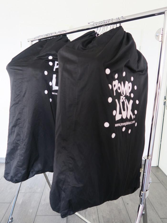 Kleidersäcke von POMPdeLUX, gefüllt mit der aktuellen Herbst- und Winterkollektion