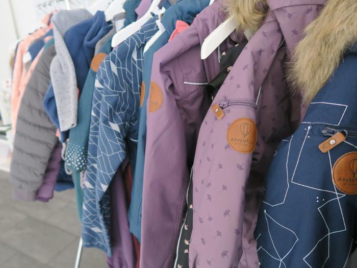 Auch Regen- und Schneekleidung gibt es von POMPdeLUX