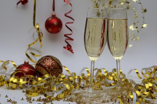 Das Jahresende mit Weihnachtskugeln und Sektgläser ausklingen lassen