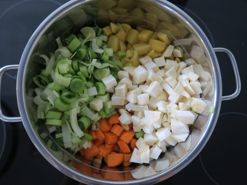Linsensuppe, alle Zutaten wie Kartoffeln, Sellerie, Karotten und Lauch in kleine Würfel schneiden