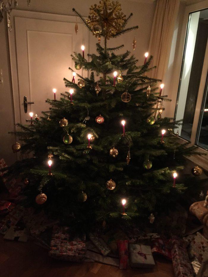 geschmückter und läuchtender Christbaum