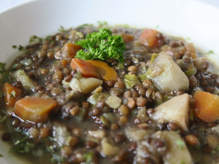 Leckere Linsensuppe mit Karotten, Kartoffeln, Sellerie, Lauch und natürlich Linsen