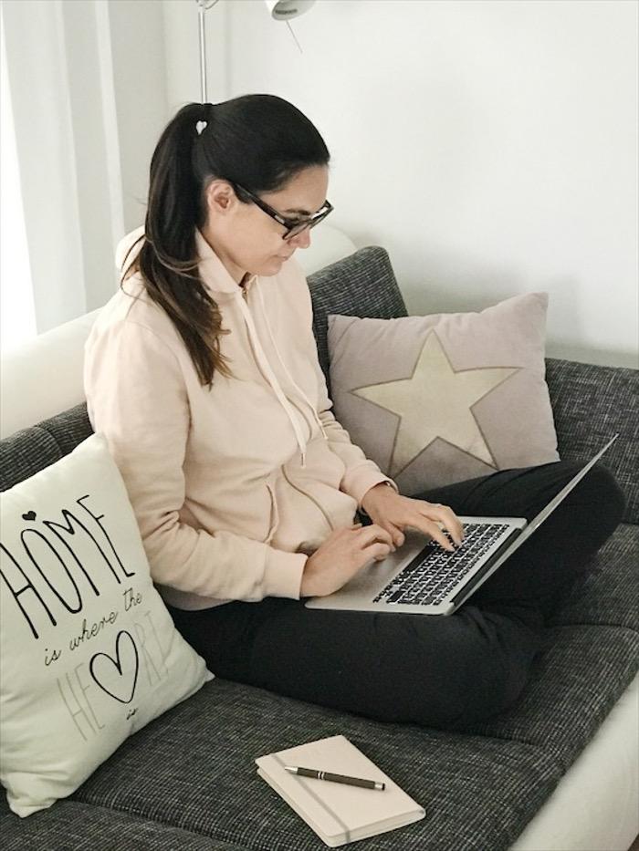 Ich am arbeiten mit dem Laptop auf den Knien.