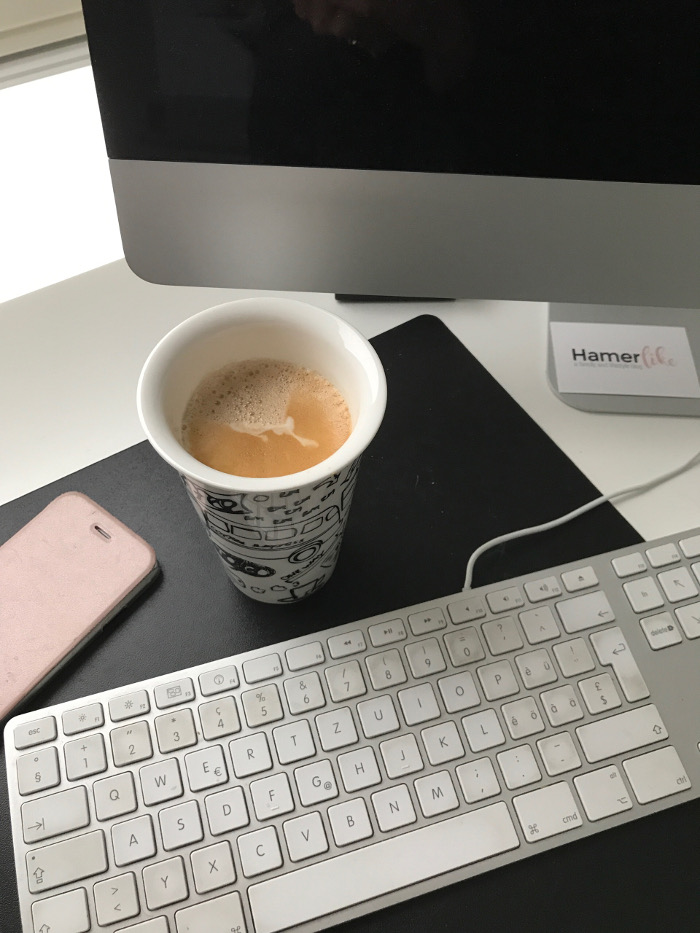 Arbeitsplatz mit Mac im Home Office