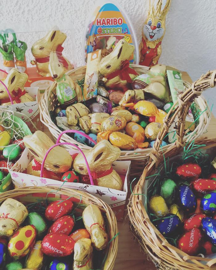 Osterkörbchen, gefüllt mit leckeren Schokoladenhasen und Schokoladeneier
