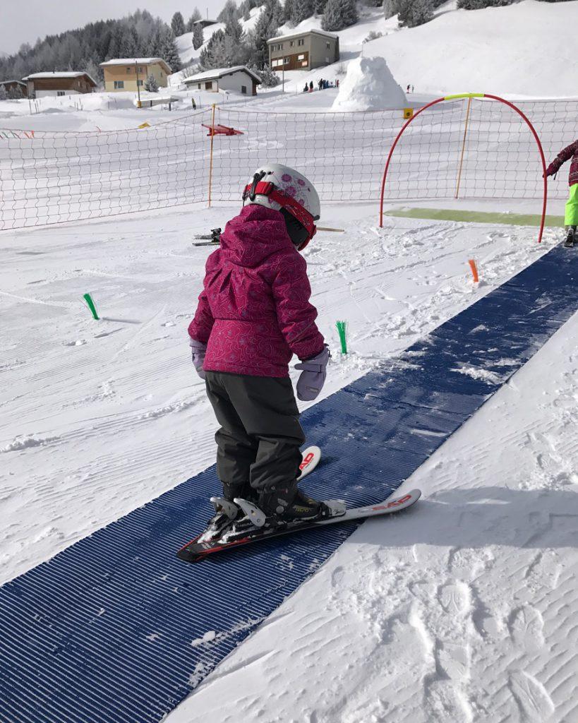 Skiferien mit Kindern - Skifahren muss geübt werden. Skischule Übungshang