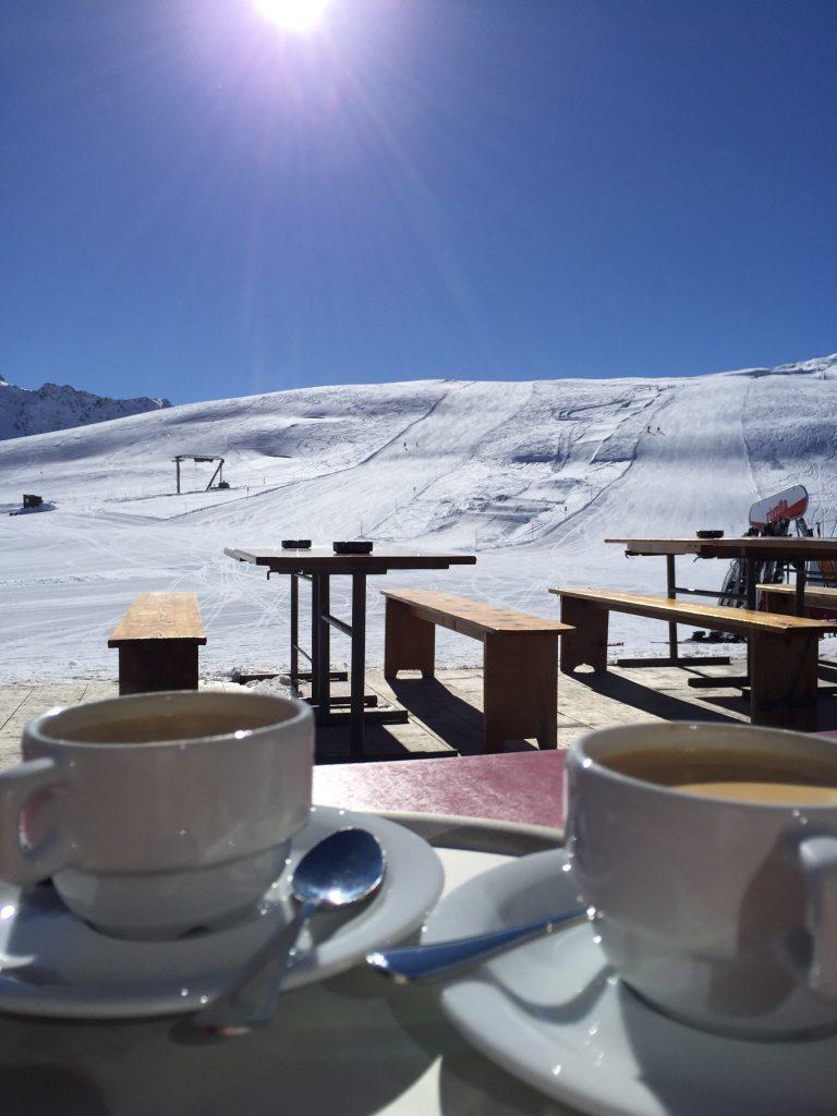 Skiferien in Bivio - Kaffepause auf der Sonnenterrasse von Restaurant Camon - Bivio GR