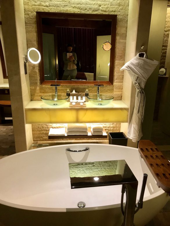 Grosszügiges, modernes und offenes Badezimmer im Softel Dubai The Palm Resort