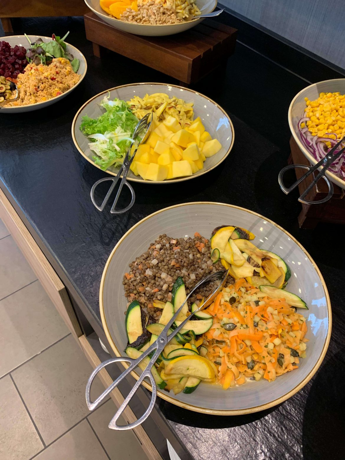 Swiss Blog Family 2019: Eine Auswahl vom Salatbuffet: Hotel Courdyard by Marriot Zürich